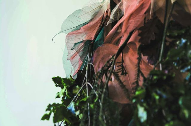 Tessuto naturale con trame di foglie