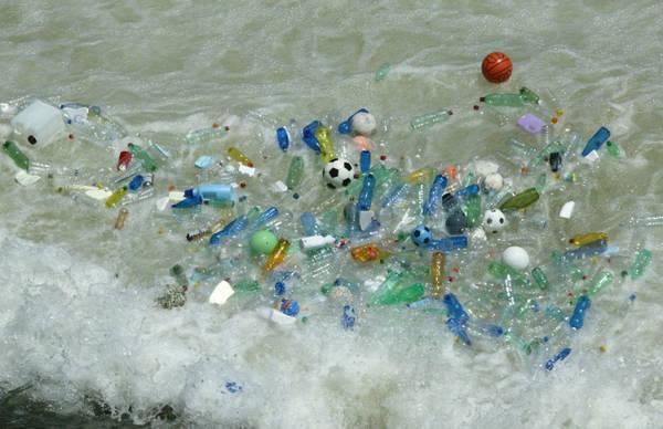Una foto d'archivio (04 luglio 2006) mostra decine di bottiglie di plastica e palloni di gomma all'isola Tiberina a Roma. Il mondo oggi al capezzale dell' Ambiente. Nella giornata mondiale che si celebra ogni 5 giugno dal 1972, al via la corsa al risparmio per il diritto a vivere in un habitat sano, a casa e in ufficio e, in contemporanea, partenza ufficiale della campagna globale '10:10' per tagliare l'anidride carbonica del 10% in un anno. Ma simbolo drammatico della celebrazione, il pellicano intriso di petrolio nel Golfo del Messico. LUCIANO DEL CASTILLO/DC