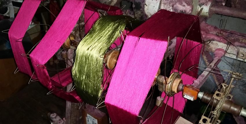 La tessitura serica di damaschi e lampassi è stata per secoli l'attività principale di Lorsica. Oggi resta una sola tessitura familiare che si tramanda l'arte dal 1500.  All'epoca dell'antica Repubblica di Genova una delle attività manifatturiere più operose praticate nel suo territorio era la fabbricazione dei tessuti serici che venivano esportati in tutto il mondo. Non a caso i damaschi, i lampassi, i macramè, gli shantung di seta realizzati soprattutto nella Liguria di levante, erano chiamati Velours de Gênes dai francesi e Genoa Velvets dagli inglesi. Zoagli per i velluti e Lorsica per i damaschi sono le due località in cui ancora oggi si producono tessuti finissimi con i tradizionali metodi artigianali.  Il Museo del Damasco di Lorsica è sorto nel 2007 per conservare la memoria di quest'arte antica, grazie al Comune, alla Regione e soprattutto alla famiglia De Martini, unica azienda familiare tuttora operante, che ha raccolto le attrezzature e i tessuti che vi sono esposti.  Lorsica è un piccolo, tipico borgo dell'entroterra ligure, in una valle secondaria della Fontanabuona – nota per le ardesie – che tutto il mondo apprezza per la tessitura di preziose stoffe in seta: damaschi, lampassi, taffetas, shantung, macramè. Un'industria artigianale che giunse in questo del piccolo comune nel XVI secolo quando praticamente tutte le famiglie avevano una propria tessitura, e molte coltivavano anche i bachi da seta. Oggi resta la Tessitura De Martini condotta dalla famiglia, che difende la storia e la qualità dei prodotti utilizzando le tecniche tradizionali.  Visitiamo il Museo che traccia le linee di questa storia ed espone una campionatura della produzione nei secoli: ci fa da guida Stefania De Martini, titolare con il marito della stessa tessitura artigianale, in cui lavora anche la mamma.  Non è certa l'origine di questa attività a Lorsica: c'è chi parla di provenienza fiorentina, ma è certo che fu promossa dalla Repubblica di Genova che aveva qui la sua fucina di p