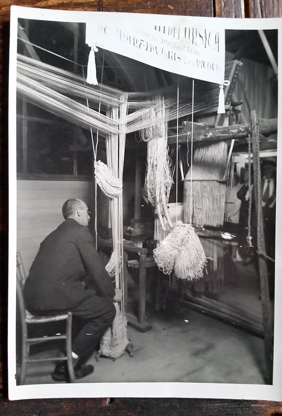 La tessitura serica di damaschi e lampassi è stata per secoli l'attività principale di Lorsica. Oggi resta una sola tessitura familiare che si tramanda l'arte dal 1500. All'epoca dell'antica Repubblica di Genova una delle attività manifatturiere più operose praticate nel suo territorio era la fabbricazione dei tessuti serici che venivano esportati in tutto il mondo. Non a caso i damaschi, i lampassi, i macramè, gli shantung di seta realizzati soprattutto nella Liguria di levante, erano chiamati Velours de Gênes dai francesi e Genoa Velvets dagli inglesi. Zoagli per i velluti e Lorsica per i damaschi sono le due località in cui ancora oggi si producono tessuti finissimi con i tradizionali metodi artigianali. Il Museo del Damasco di Lorsica è sorto nel 2007 per conservare la memoria di quest'arte antica, grazie al Comune, alla Regione e soprattutto alla famiglia De Martini, unica azienda familiare tuttora operante, che ha raccolto le attrezzature e i tessuti che vi sono esposti. Lorsica è un piccolo, tipico borgo dell'entroterra ligure, in una valle secondaria della Fontanabuona – nota per le ardesie – che tutto il mondo apprezza per la tessitura di preziose stoffe in seta: damaschi, lampassi, taffetas, shantung, macramè. Un'industria artigianale che giunse in questo del piccolo comune nel XVI secolo quando praticamente tutte le famiglie avevano una propria tessitura, e molte coltivavano anche i bachi da seta. Oggi resta la Tessitura De Martini condotta dalla famiglia, che difende la storia e la qualità dei prodotti utilizzando le tecniche tradizionali. Visitiamo il Museo che traccia le linee di questa storia ed espone una campionatura della produzione nei secoli: ci fa da guida Stefania De Martini, titolare con il marito della stessa tessitura artigianale, in cui lavora anche la mamma. Non è certa l'origine di questa attività a Lorsica: c'è chi parla di provenienza fiorentina, ma è certo che fu promossa dalla Repubblica di Genova che aveva qui la sua fucina di produz